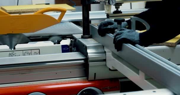 detailní záběry průmyslového řezacího stroje