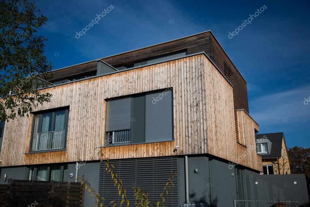 Rivestimento Casa In Legno : Casa moderna con rivestimento in legno u foto stock munich