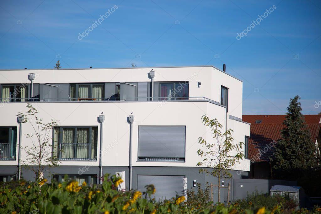 Maison avec façade blanche, forme cubique — Photographie ...