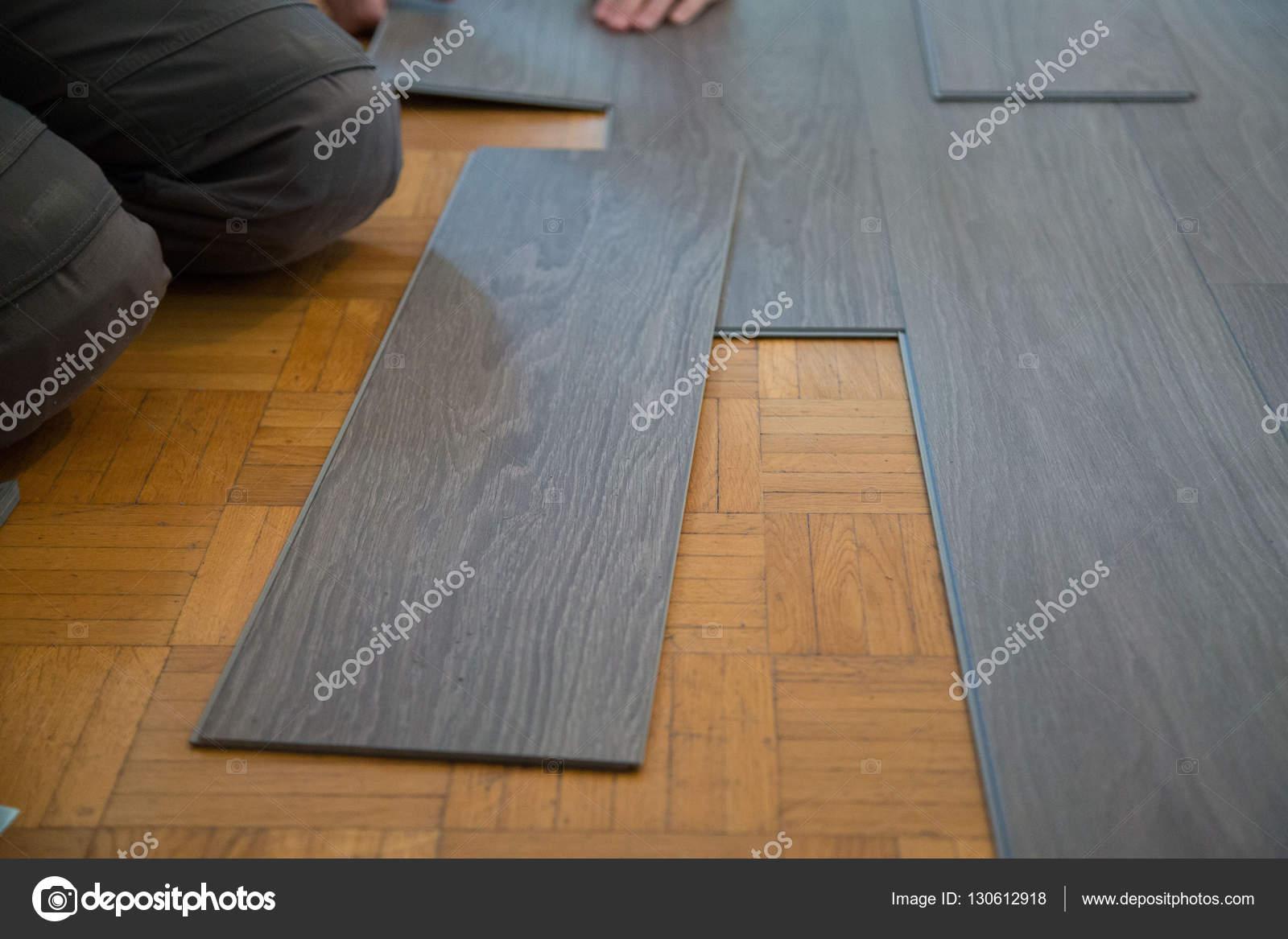 Vinyl vloer op parketvloer leggen u stockfoto munich