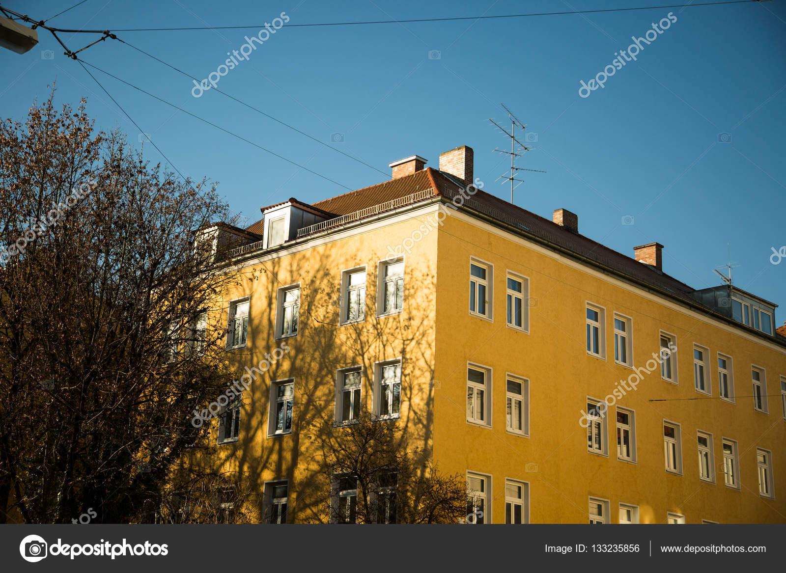 Favorit Häuser - gelbe Fassade in München - Altstadt — Stockfoto © munich1 DE58