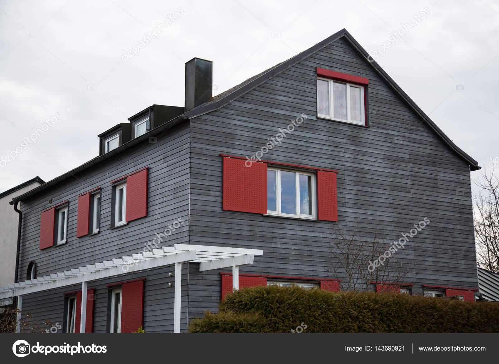 Case Con Persiane Grigie : Casa moderna in legno con persiane rosse u foto stock munich
