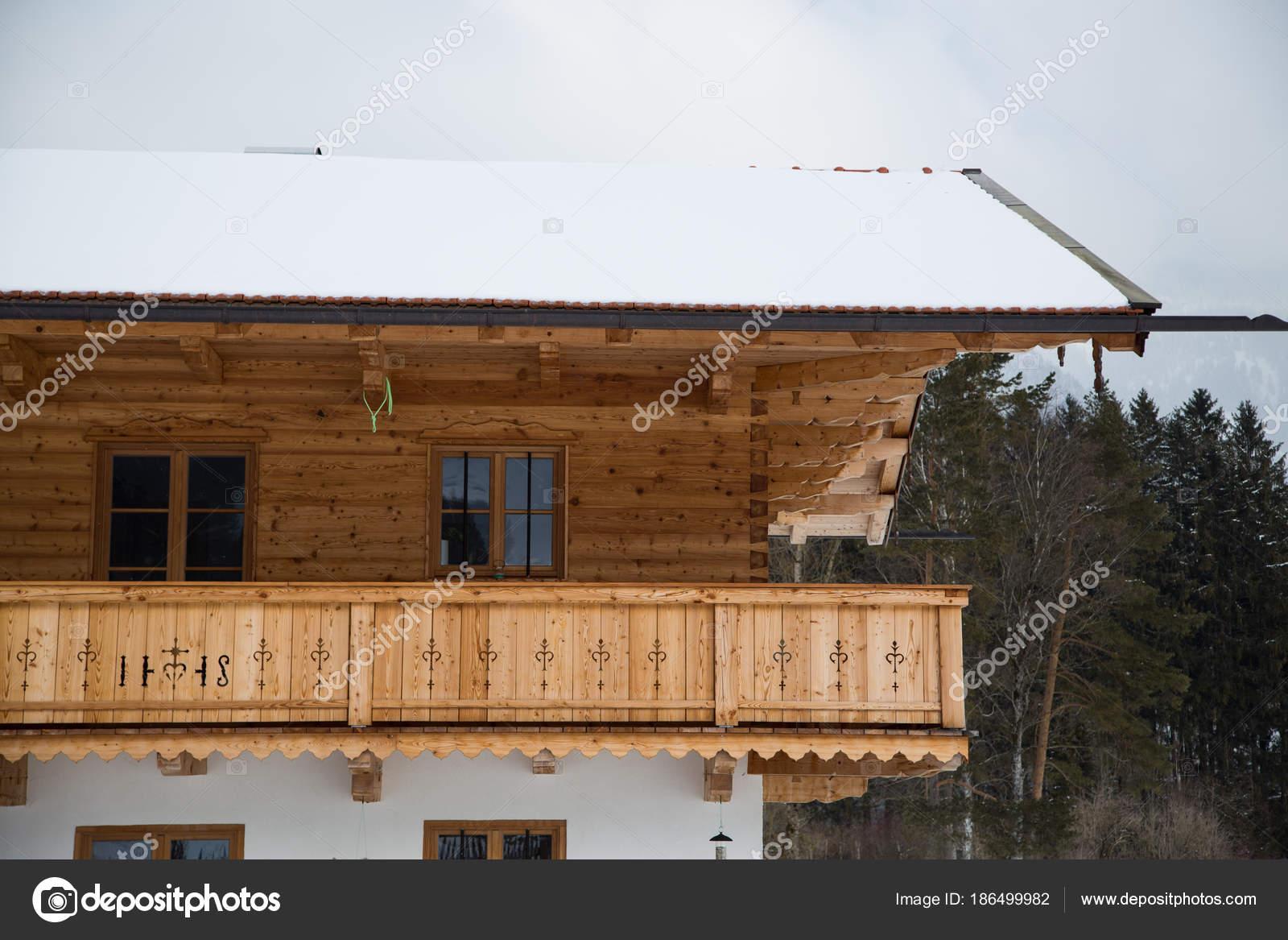 holzbalkon in bayern balkon holz bayrischzell stockfoto munich1 186499982. Black Bedroom Furniture Sets. Home Design Ideas