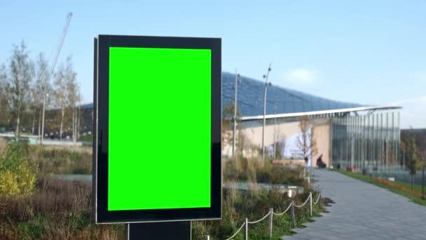 Prázdný billboard se zelenou obrazovkou pro reklamu v prázdném parku v karanténě koronaviru.