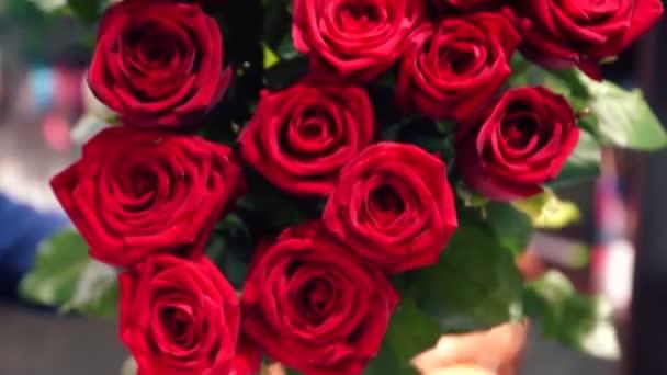 Detailní záběr na velkou kytici čerstvých šarlatových růží. Krásná kytice květin