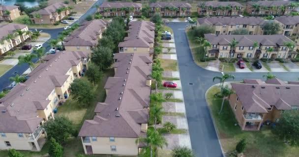 letecké záběry domů obklopených dlaněmi na pobřeží