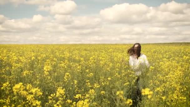 Eine 25-jährige Kaukasierin läuft in der Natur in gelben Blumen