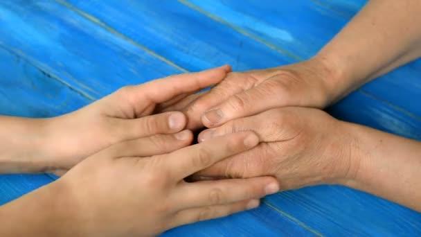 Kinderhand hält und streichelt Frauenhand. Konzept der Einheit der Familie. Nahaufnahme.