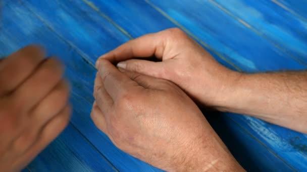 Männerhände, Frauenhände und Kinderhände stapeln sich übereinander. Konzept der Einheit und Unterstützung in der Familie. Nahaufnahme.