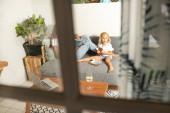 gyönyörű fiatal nő dolgozik otthon kisgyerek lány a szobában háttér