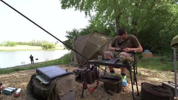 4K. Rybář se připravuje na rybářskou výpravu a řádně se připravuje na rybářskou výpravu. Kontroluje kvalitu lovných šňůr, šňůr, háčků a dalších zařízení.
