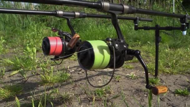4K. Rybolov na břehu s vysoce kvalitním lovným zařízením, točením, spolehlivým navijákem a silným lovným šňůrou. Teplé léto Slunečný den.