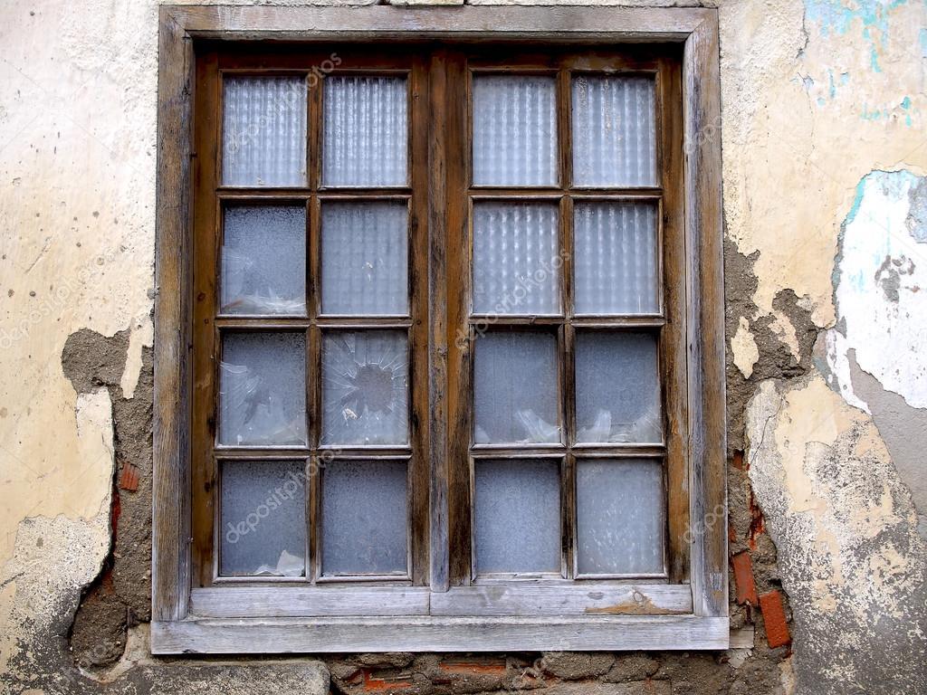 Ventana de madera y vidrios rotos — Foto de stock © yucamar #125586292