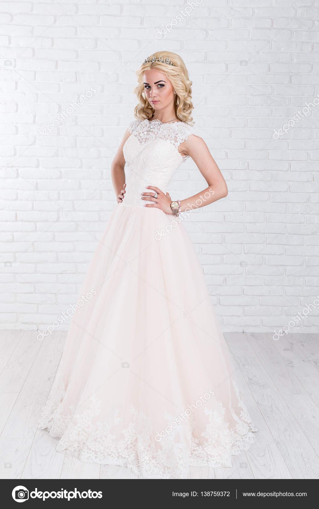 High-Fashion-Schuss von junge, blonde Frau im weißen Kleid auf ...