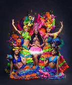 Fényképek A fiatal lányok fényes színes Farsangi jelmezek a dar csoport