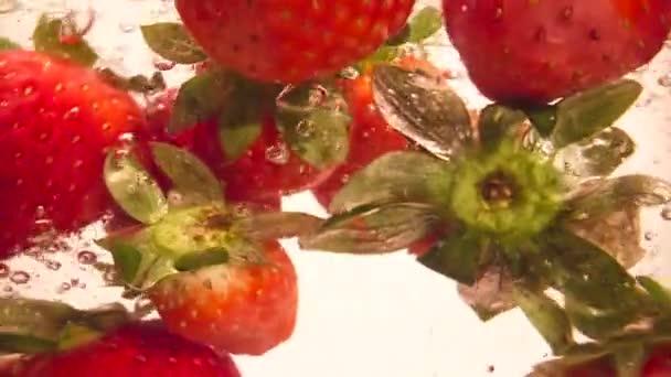 Padající jahody do vody Pomalý pohyb Makro