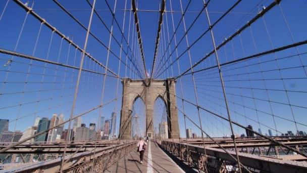Egy nő sétál a Brooklyn hídon, New York City