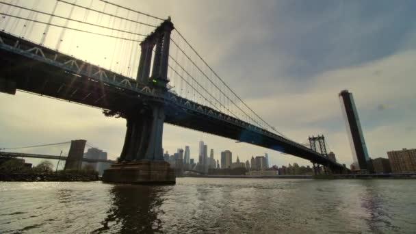 Metro halad a Manhattan Bridge és East River Sunset, New York City