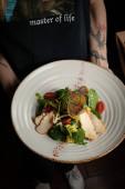 saláta az étteremben hússal, paradicsommal, szósszal