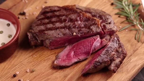 masový steak na dřevěné desce s omáčkou a kořením