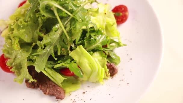Šéfkuchař připraví salát s masem a bylinkami