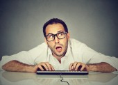Muž, psaní na klávesnici, přemýšlel, co odpovědět