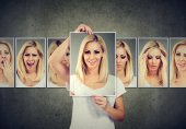 Photo Masked blonde young woman expressing different emotions