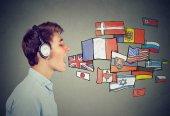 junger Mann mit Kopfhörer lernt verschiedene Sprachen