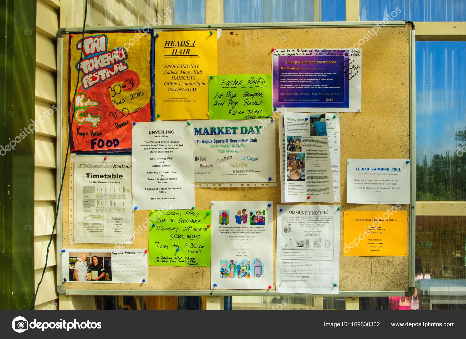 Placa de boletim comunitário com várias mensagens em Te Kao