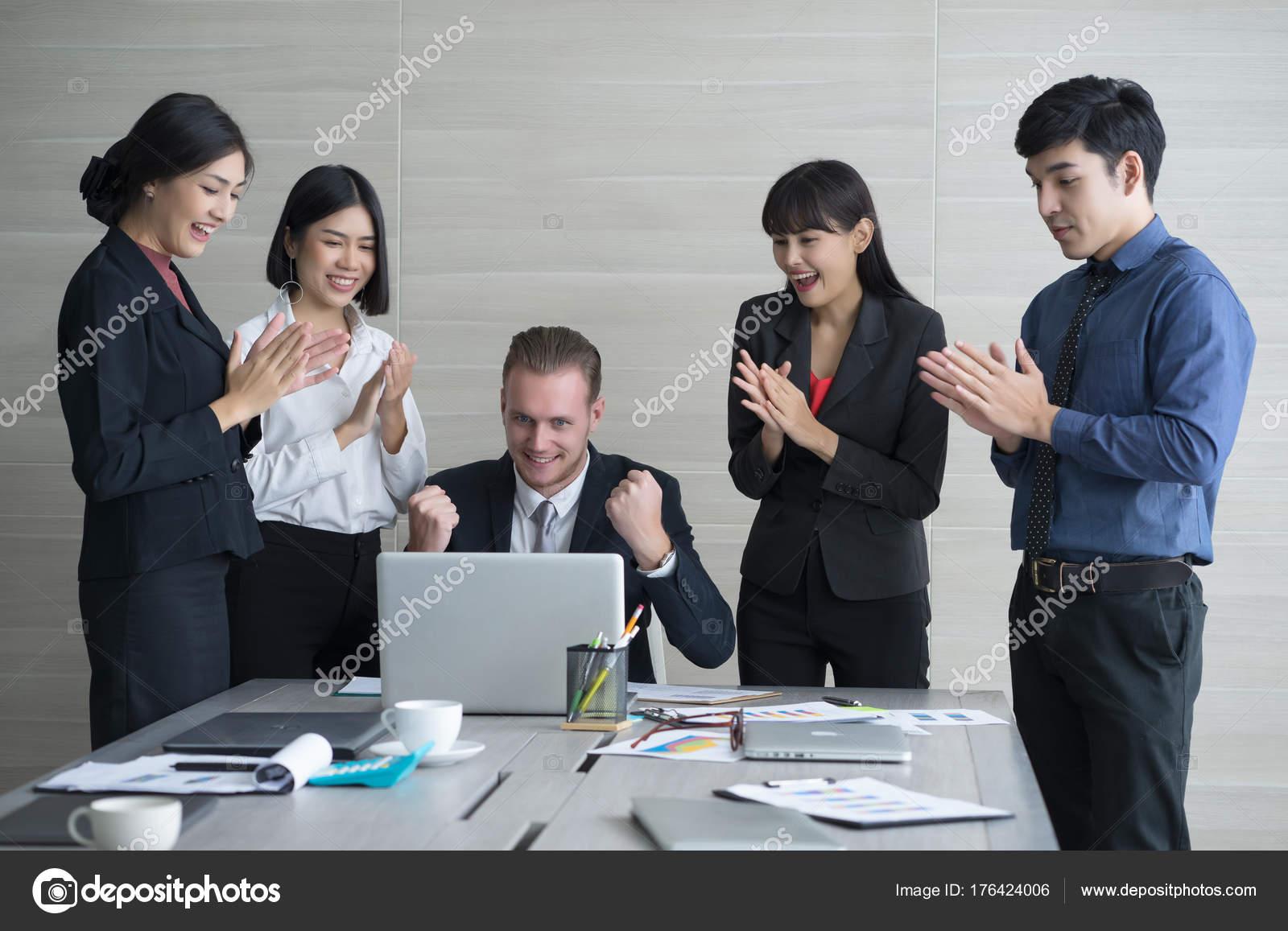 Портрет группы веселый успешный бизнес улыбается смотрит камеру.