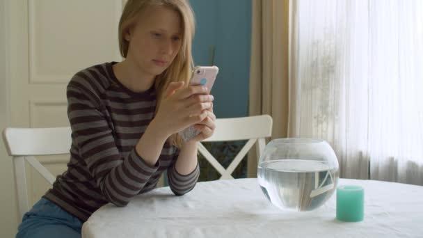 Porträt einer attraktiven Frau, die mit dem Smartphone scrollt