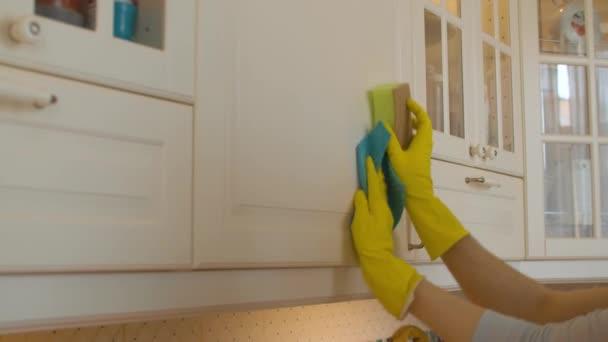Dvě ruce synchronně mytí kuchyně