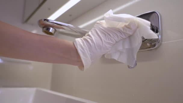 Kézzel viselt fehér védőkesztyű törlése otthoni fürdőszoba mosdó csapvíz, fertőtlenítő törlőkendők, megakadályozzák a koronavírus covid19, antibakteriális törlőkendők, háztartási fertőtlenítés, egészségügyi termék, lassított felvétel