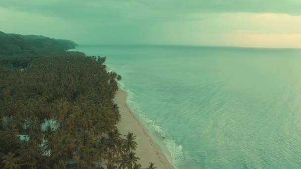 Dron pohled na oceánské vlny a písečné Karibské pláže