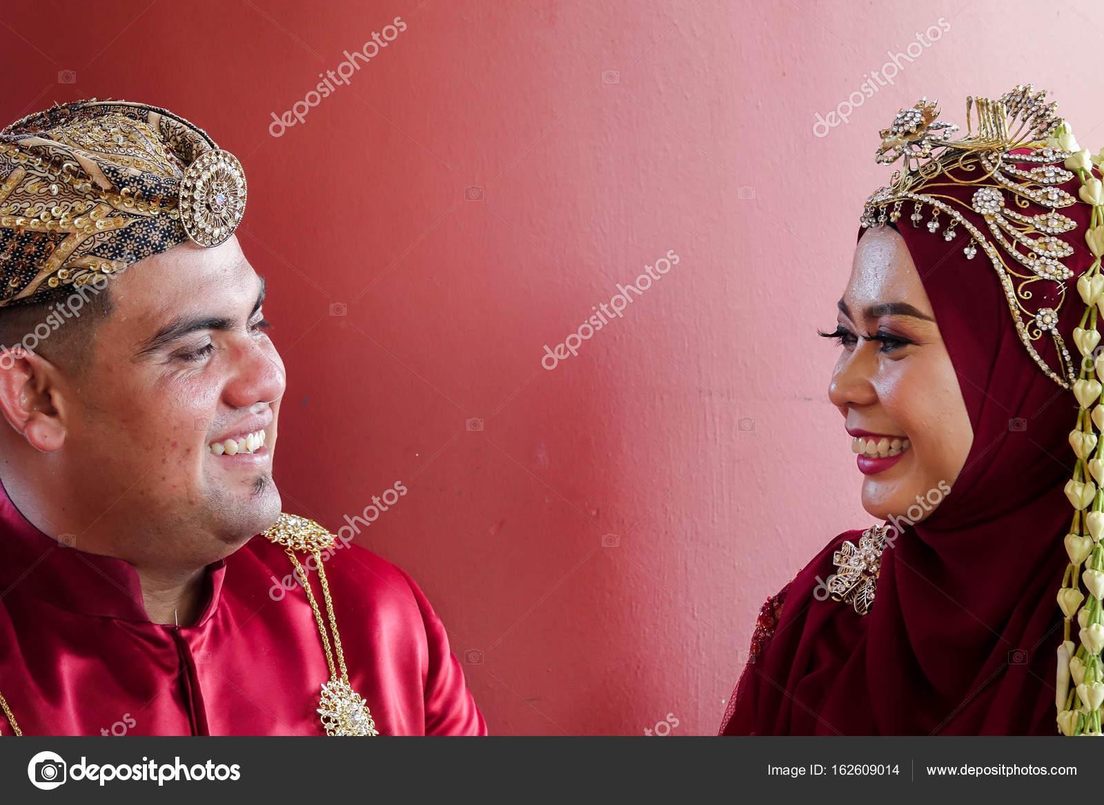 Boda tradicional javanesa pareja novia y novio en el jardín — Foto ...
