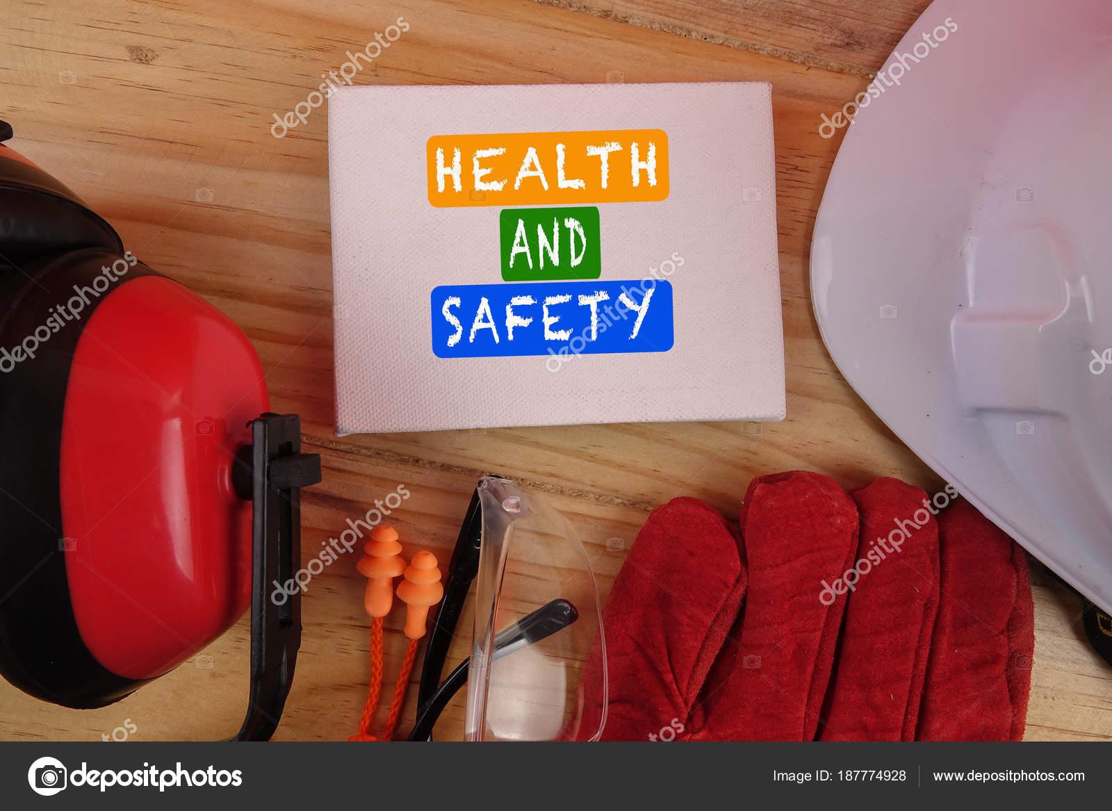 5f4643e200965 Conceito de segurança e saúde. Equipamentos de proteção individual no fundo  da mesa de madeira. Espaço de cópia — Foto de ...