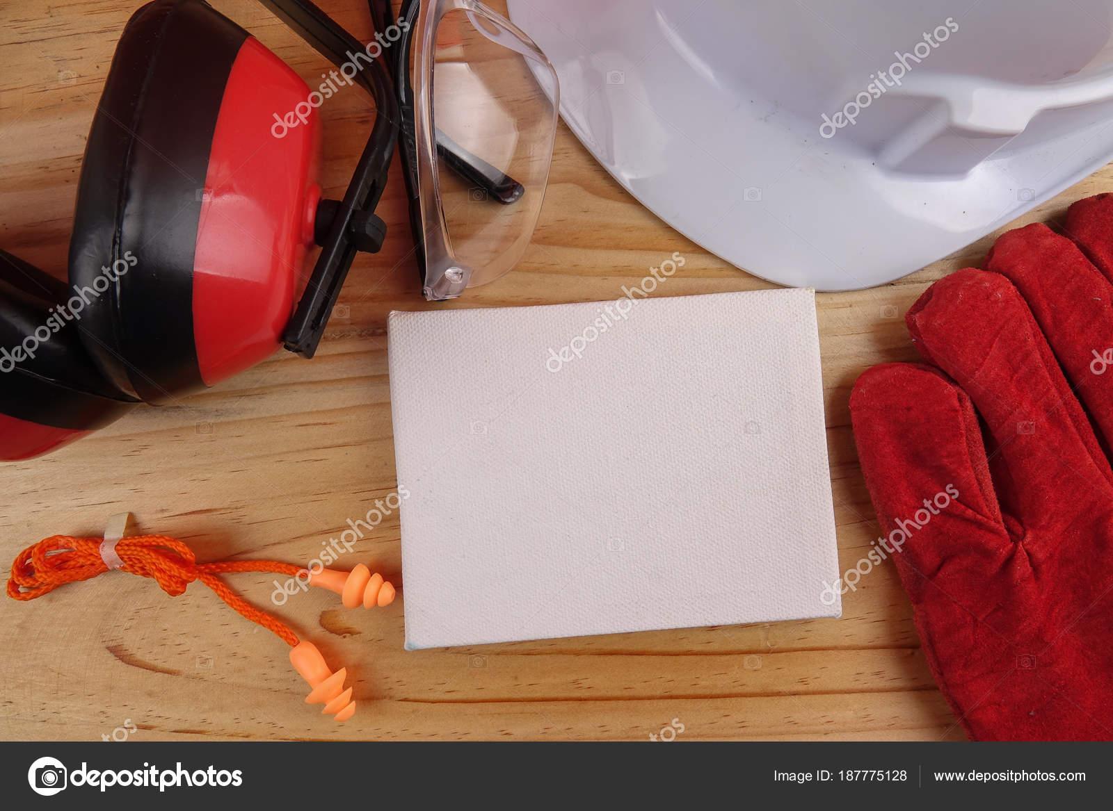 930f51b1d8efe Conceito de segurança e saúde. Equipamentos de proteção individual no fundo  da mesa de madeira. Espaço de cópia — Foto de tuahlensa