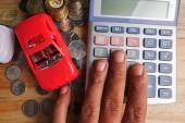 Koncepce opravy, údržbu a servis strojů. Model červený kabriolet s otevřené dveře a kapotu a klíč na dřevěné desce
