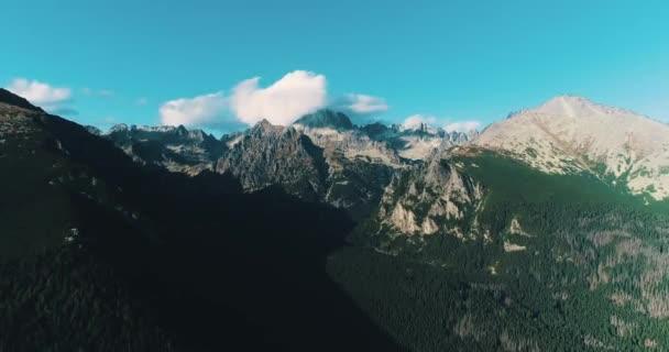 Úžasný výhled na hory. Létání nádhernou horskou krajinou Vysokých Tater, Slovensko.