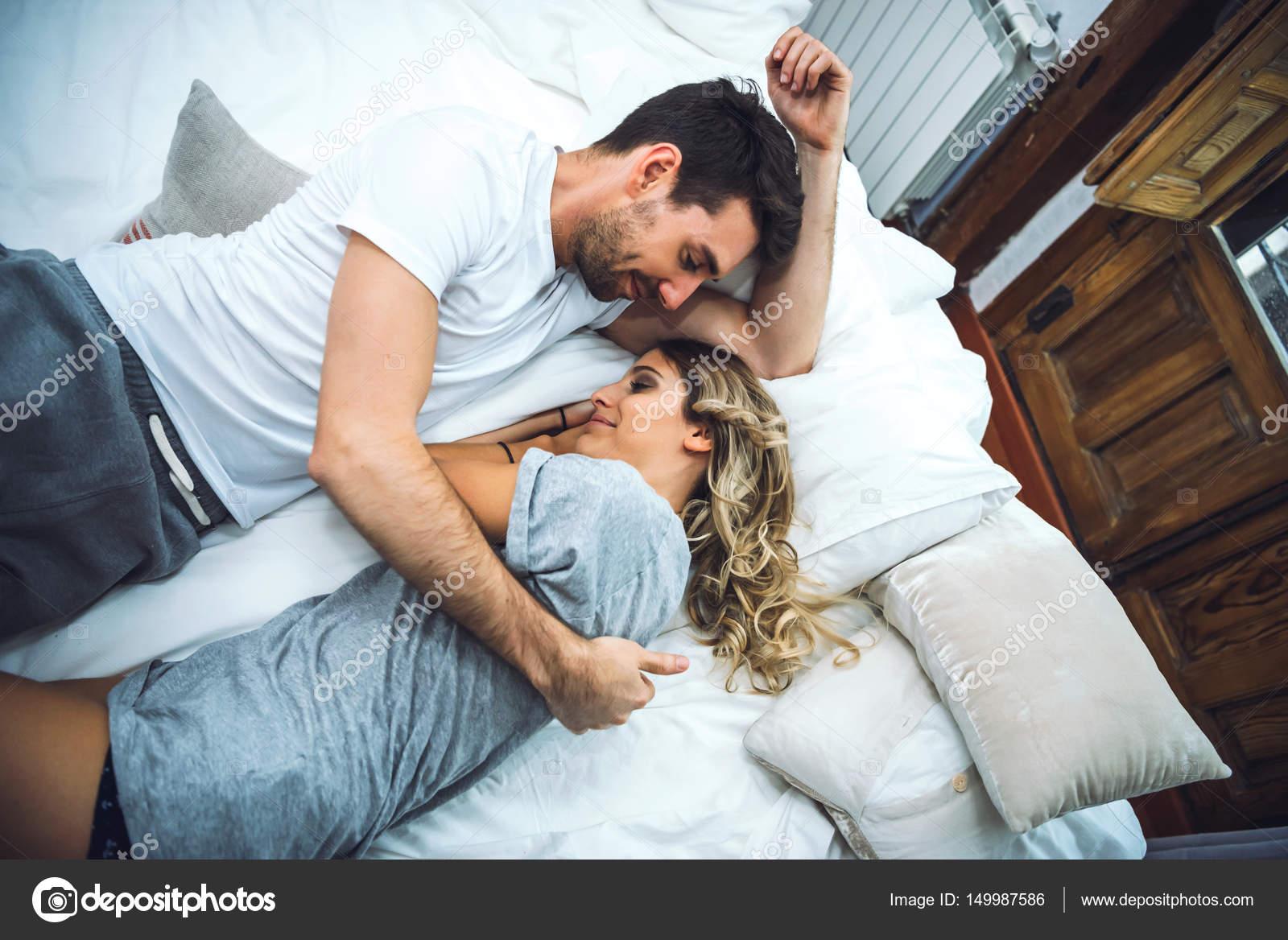 Da sopra colpo di coppia nel letto foto stock klublub - Ragazze nel letto ...