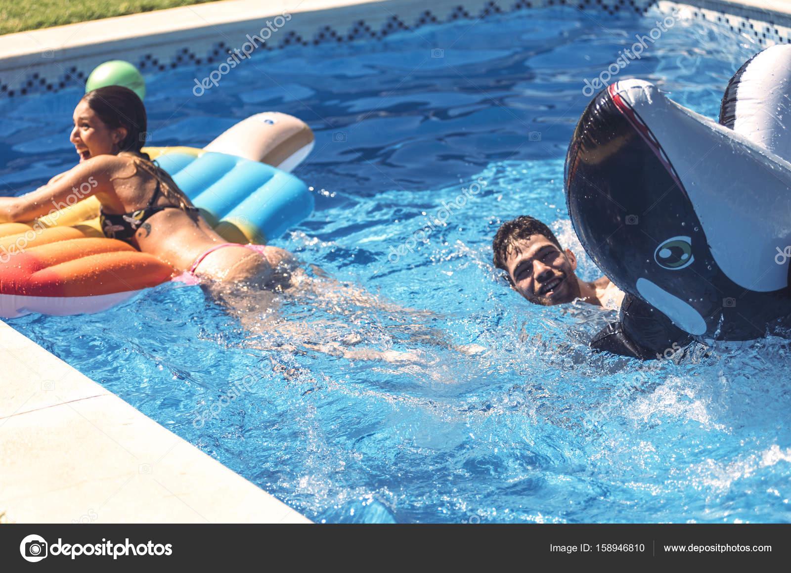 mann und frau gemeinsam im pool schwimmen stockfoto klublub 158946810. Black Bedroom Furniture Sets. Home Design Ideas