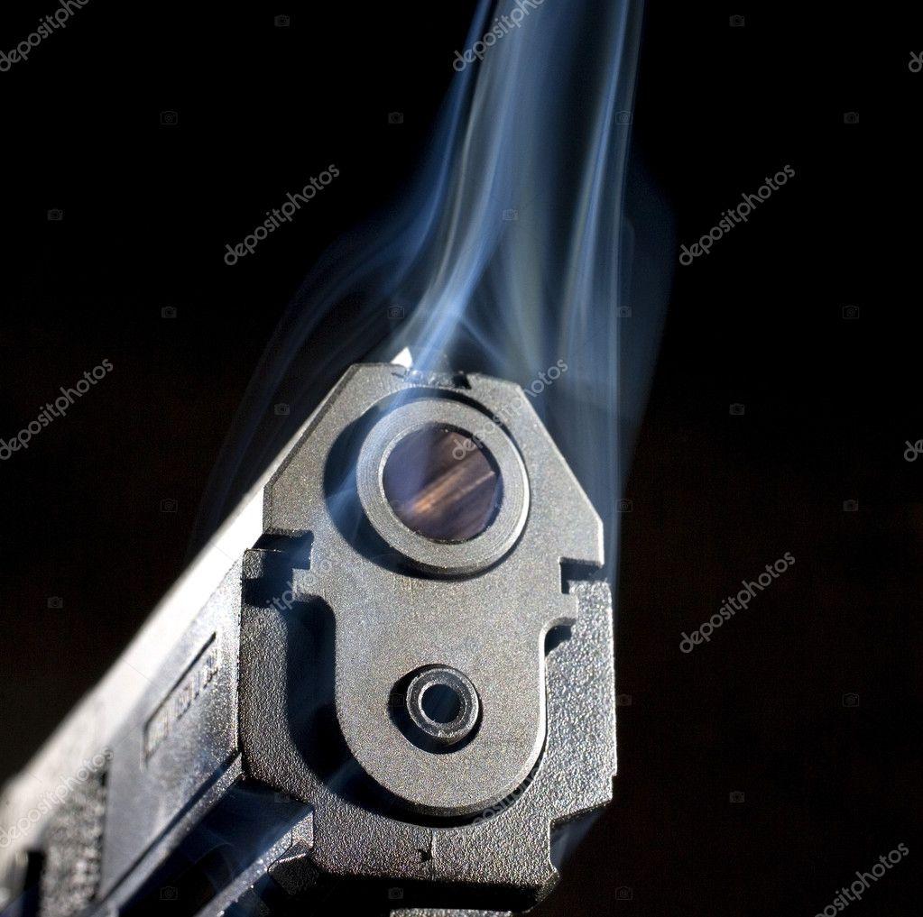 Levantarse humo de un cañón de arma de fuego — Foto de stock © gsagi ...