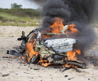 Arabasına bomba ateşe vermiş