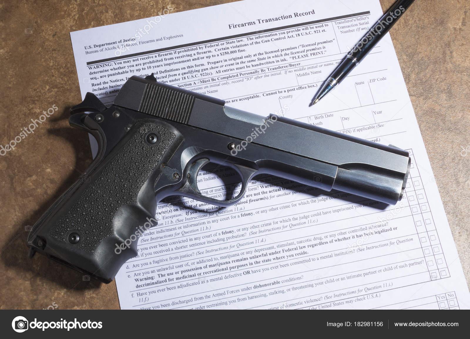pistola 1911 y la pluma con arma de fuego comprar documentos — Fotos ...