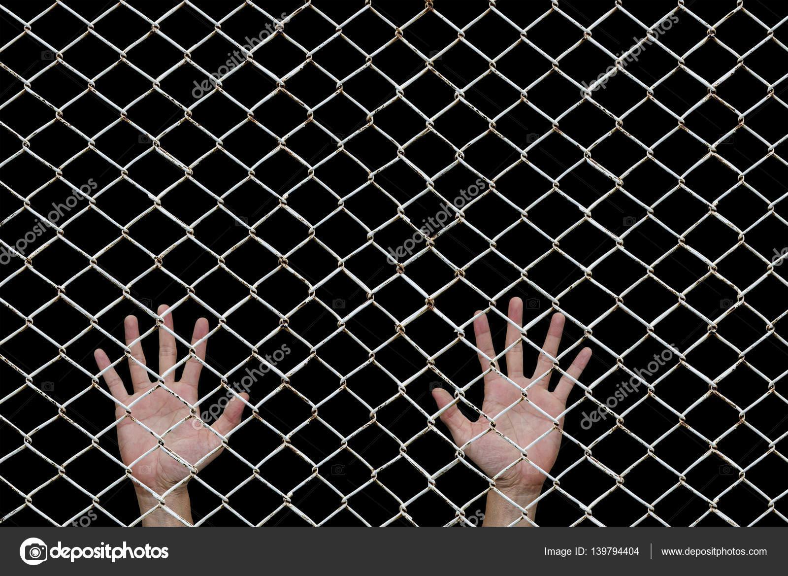 Hände hinter den Maschendrahtzaun auf schwarz — Stockfoto ...