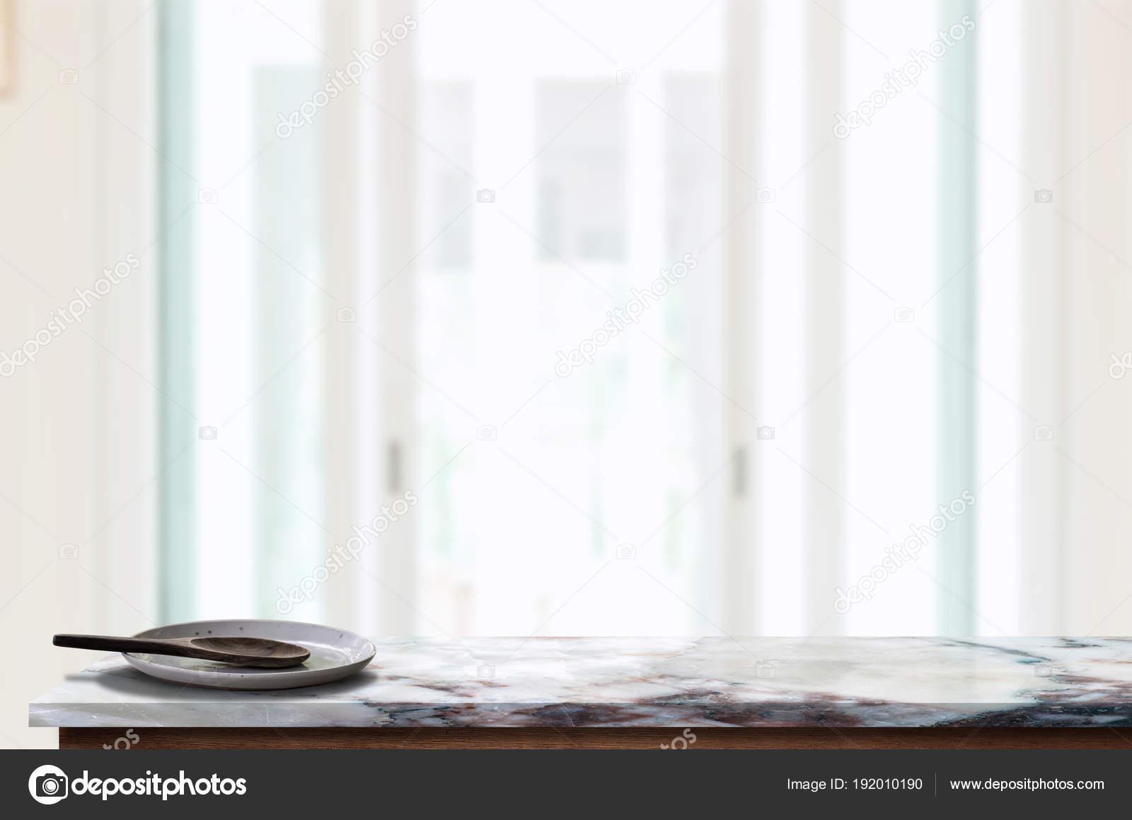 Piatto in ceramica con cucchiaio di legno su piano tavolo in ...