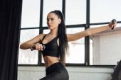 Fotografie Bruneta sportovkyně trénink s činkami ve sportovním centru