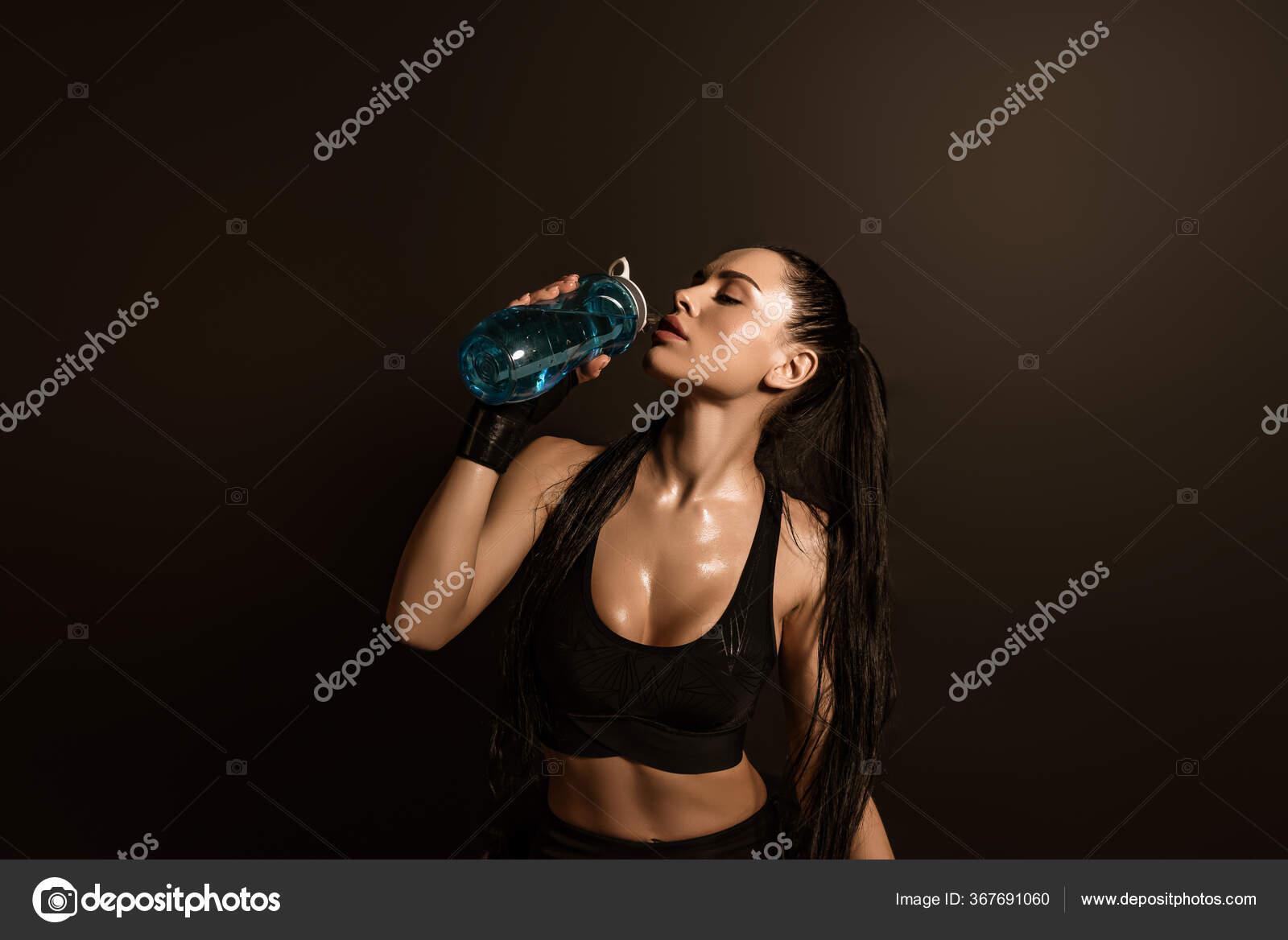 Sexy Sportlerin Trinkt Wasser Mit Sportflasche Isoliert