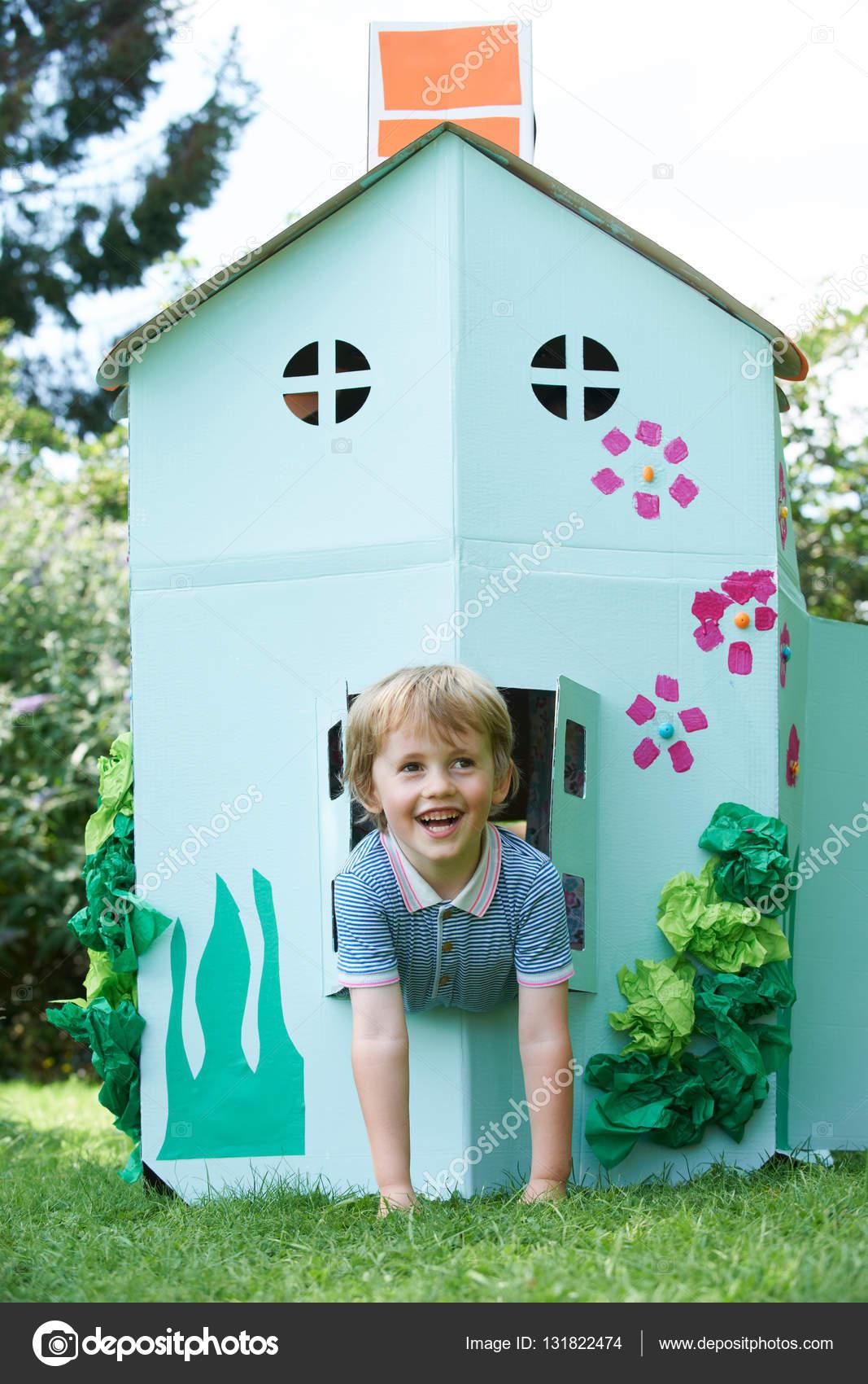 1a0c8be9c9ef2 Młody chłopak gra w domu wykonane kartonowe House — Zdjęcie stockowe ...