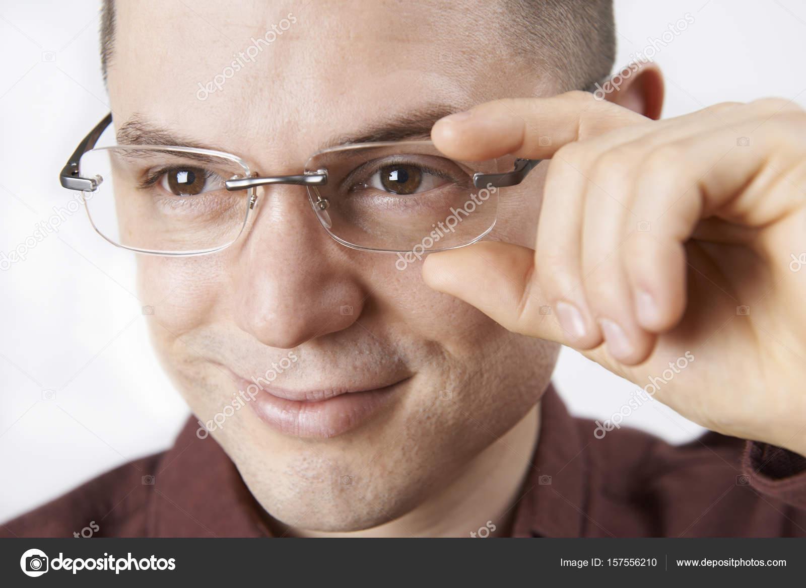 534ad268e81453 Jonge Man probeert op een nieuwe bril — Stockfoto © HighwayStarz ...